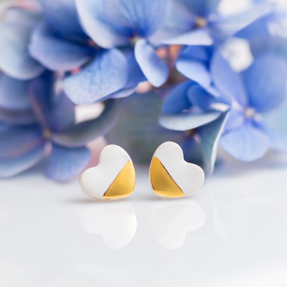 Pozłacane kolczyki serca <strong>LoveU2</strong> białe