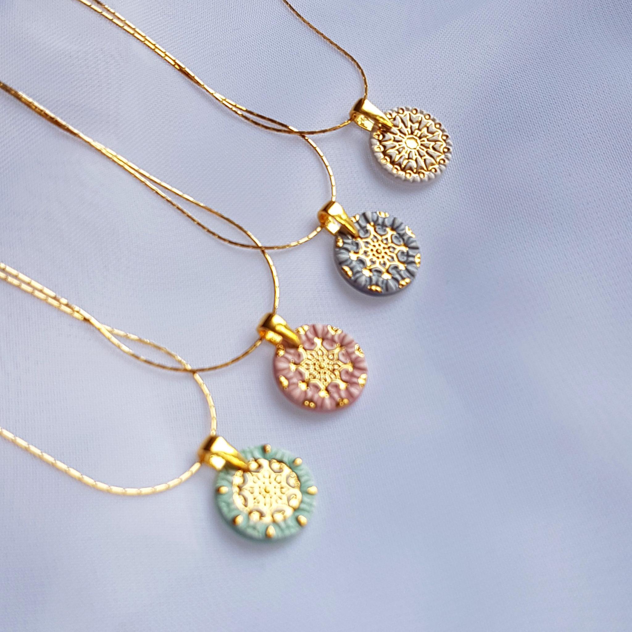 Pastelowy naszyjnik mandala – cztery wzory malowane złotem