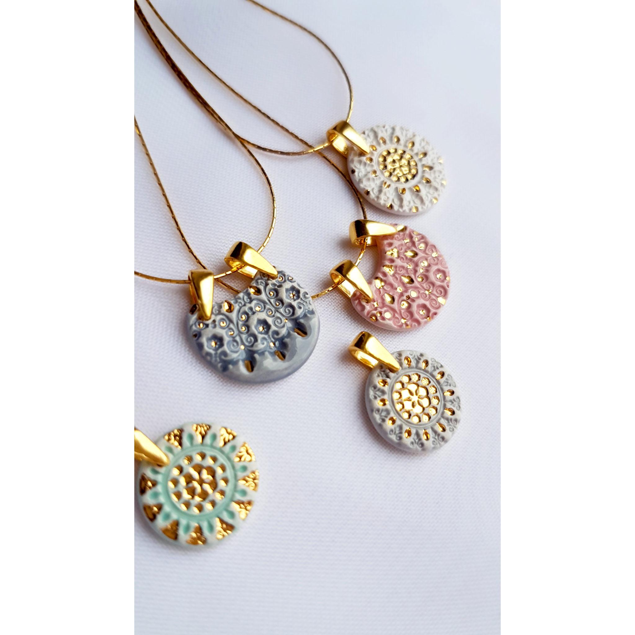 Wybór pojedynczych naszyjników malowanych złotem