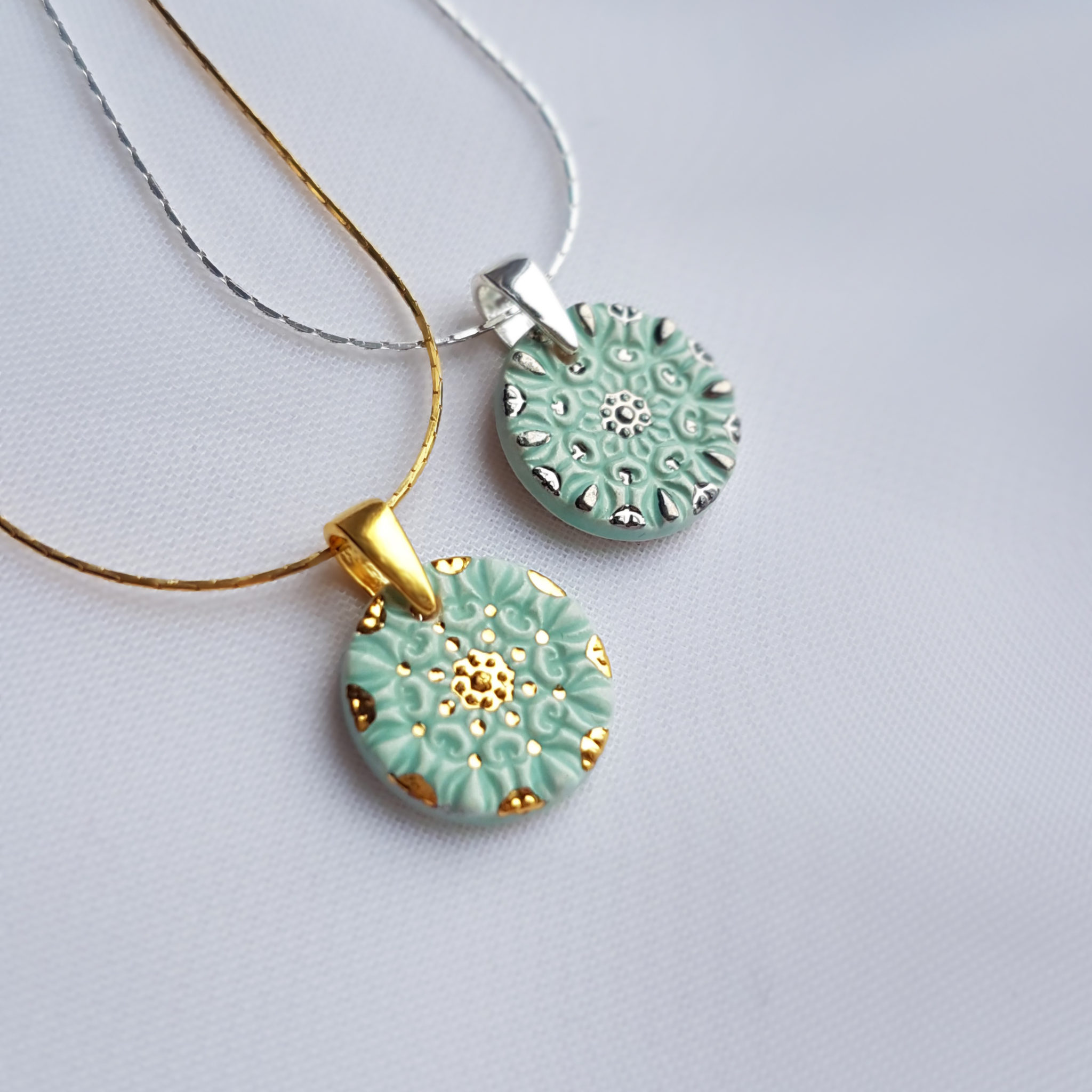 Subtelne, miętowe naszyjniki z kwiatową mandalą