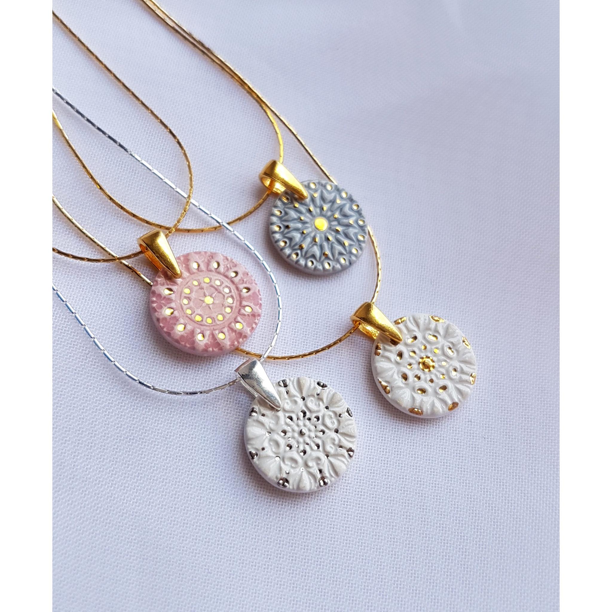 Pastelowe naszyjniki mandala – 3 malowane złotem 1 malowany platyną
