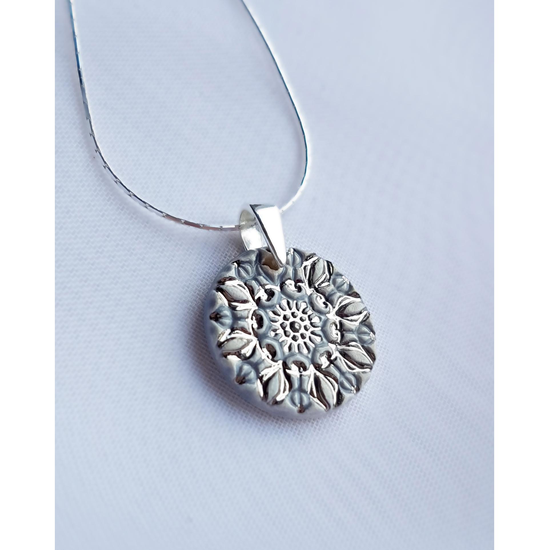 Naszyjnik z kwiatową mandalą w kolorze GOŁĘBIM – 16mm  **** SPRZEDANY
