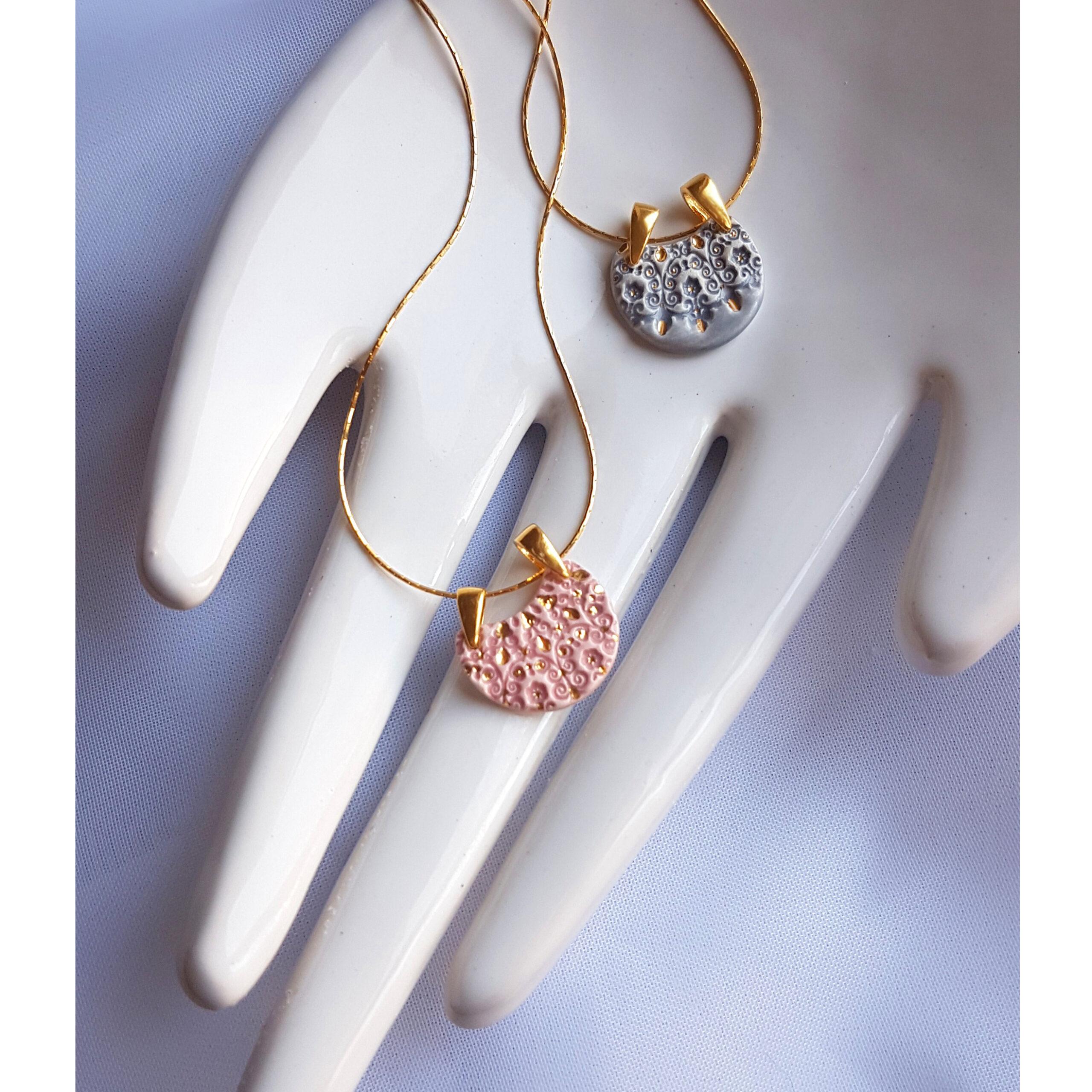 Wybór pojedynczych naszyjników w kształcie półksiężyca – róż / szarość