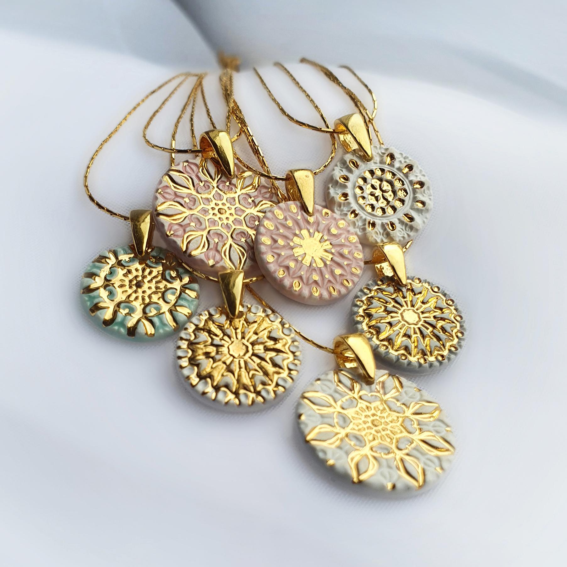 Pastelowy naszyjnik mandala ozdobiony złotem (290zł – 360zł) – do wyboru zostało 5 z 7 naszyjników